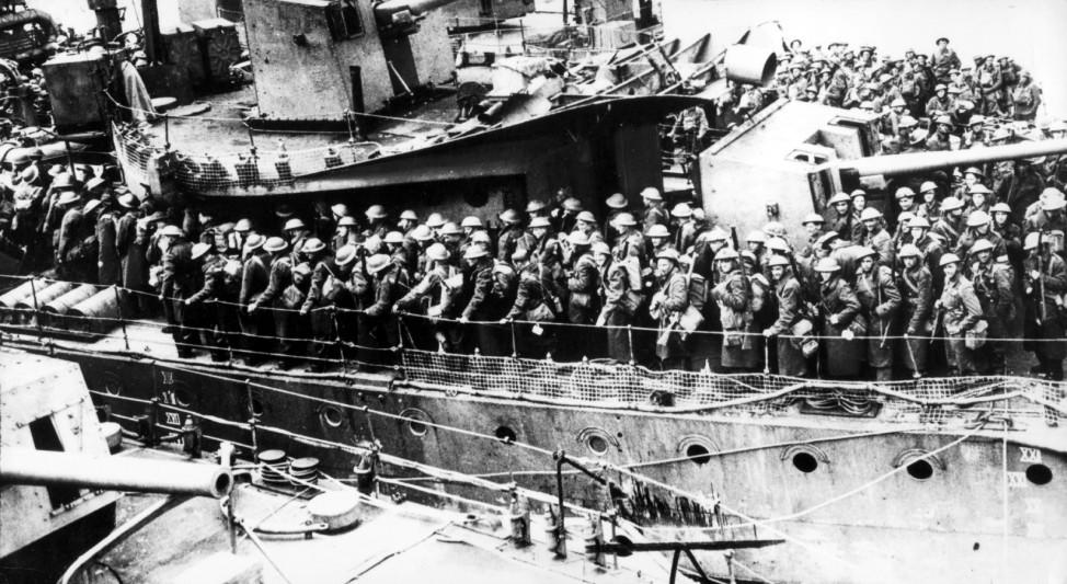 Soldaten des britischen Expeditionskorps werden auf ein Kriegsschiff evakuiert, 1940
