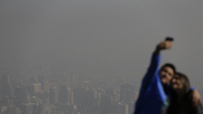 Umweltalarm bei Copa América: Selfie mit Nebel: Touristen auf dem Cerro San Cristobal