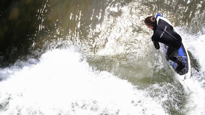 Surfer am Isarkanal in München, 2014