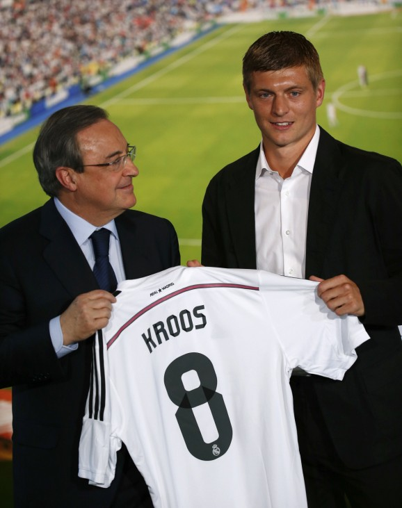 Real Madrid's president Florentino Perez poses with Germany midfielder Toni Kroos holding his new shirt during his presentation at Santiago Bernabeu stadium in Madrid