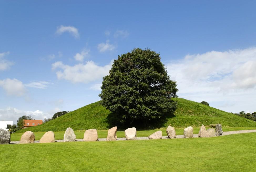 Prähistorische Steinsetzung an einem Grabhügel in Jelling bei Vejle - Jütland