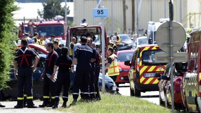 Saint-Quentin-Fallavier: Ein Großaufgebot von Polizei und Feuerwehr sichert den Tatort rund 25 Kilometer südöstlich von Lyon