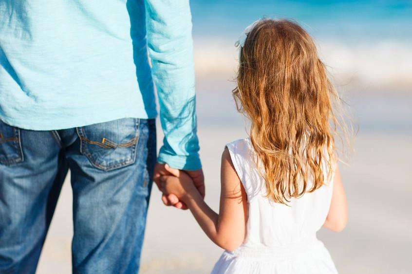 PantherMedia A18499546; Vater und Tochter am Strand