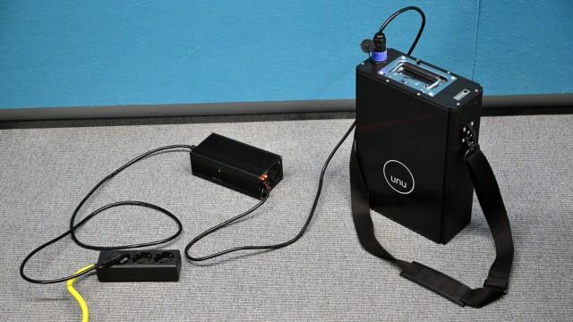 Elektroroller Unu im Test: Nach fünf Stunden an der Steckdose ist der Akku wieder voll.