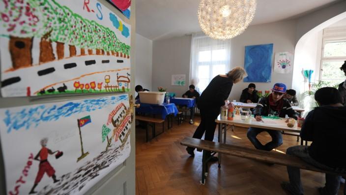Unbegleitete minderjährige Flüchtlinge: Für die Betreuung junger Flüchtlinge, wie in dieser Sendlinger Unterkunft, sucht die Stadt Personal.