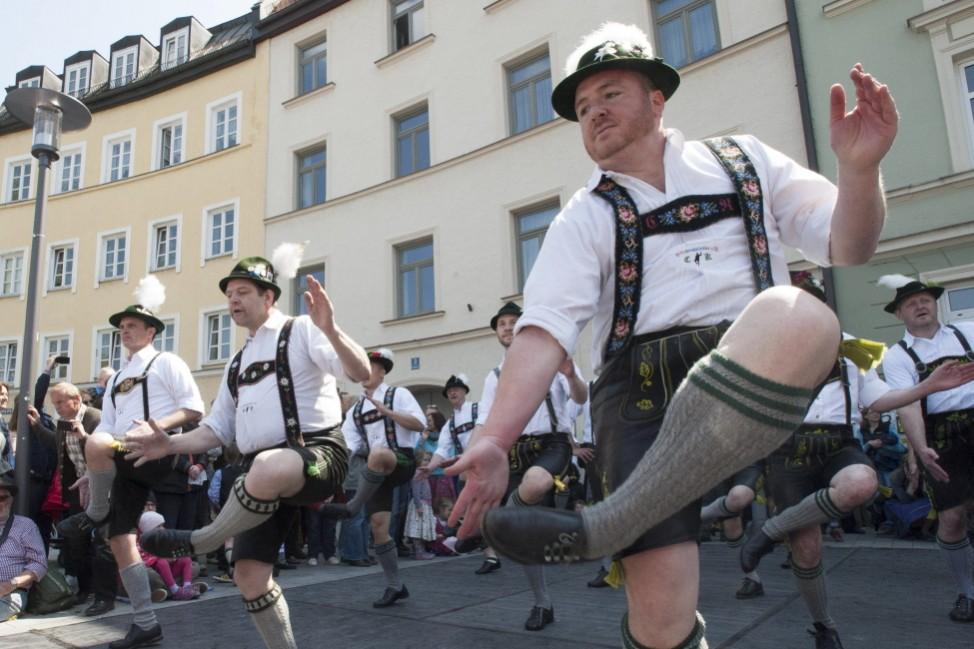 """""""Schwuhplattler"""" beim Maibaumfest in München Giesing, 2014"""