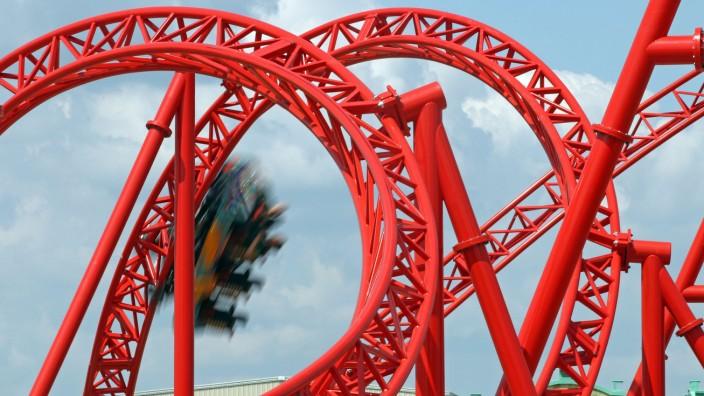 Besucher testen neue Achterbahn im Belantis-Park