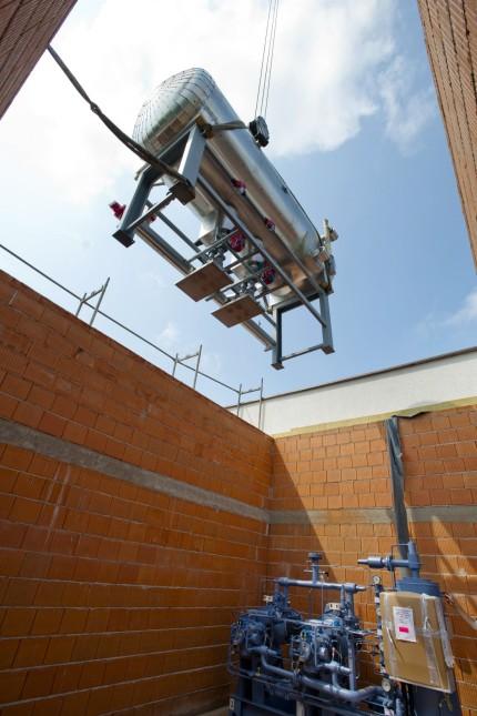 Grafinger Eisstadion: Zunächst wird das Kühlaggregat in den Anbau des Eisstadions gehievt, um im September einsatzbereit zu sein.