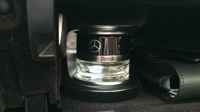 Parfümflakon im Handschuhfach des Mercedes S500 Coupé