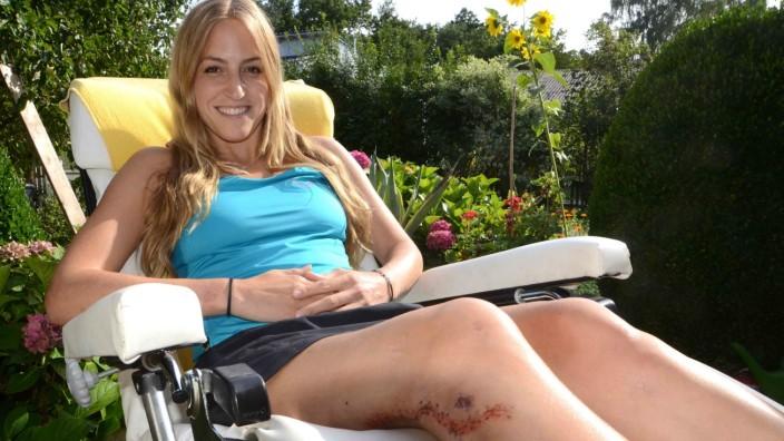 Unfall bei Foto-Shooting: Das Model-Lächeln sitzt, aber das Bein macht Probleme: Gela Allmann, die bei Fotoaufnahmen in Island verunglückte.