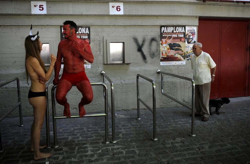 Zwei Peta-Aktivisten protestieren gegen die Stierhatz in Pamplona