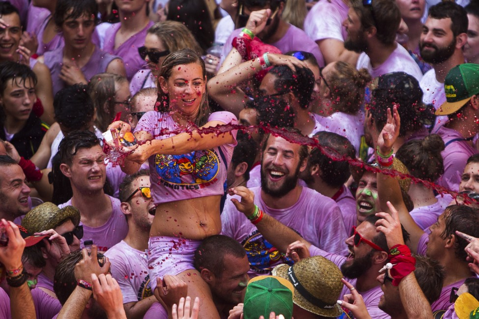 Party in Pamplona: Weiße T-Shirts werden rot vom Wein