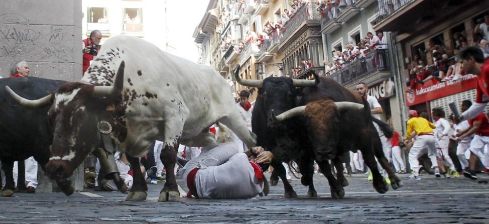 Stiere hetzen durch die Straßen von Pamplona
