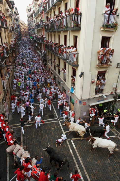 Stierhatz in den Straßen von Pamplona