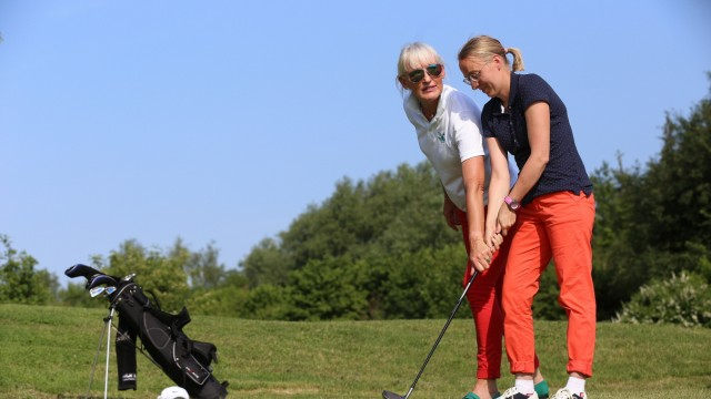 Golf für Behinderte: Elizabeth Höh (links, mit Carina Koller) trainiert in Aschheim Golfer mit den unterschiedlichsten Beeinträchtigungen.