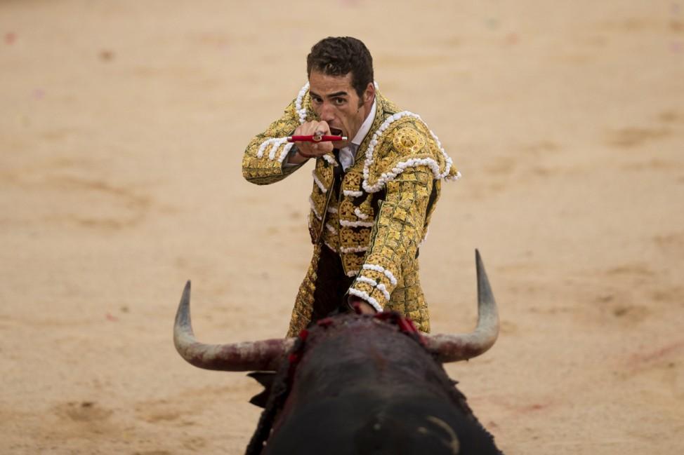 Pepe Moral in der Arena von Pamplona mit einem Stier