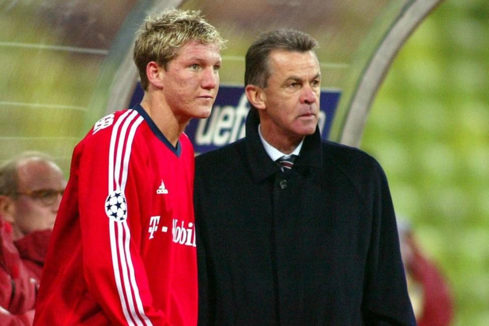 Trainer Ottmar Hitzfeld re im Gespräch mit Bastian Schweinsteiger beide Bayern; Schweinsteiger