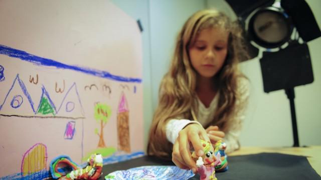 Neuaubing/Westkreuz: Ganz vorsichtig: Die neunjährige Veronika positioniert Figuren für einen Trickfilm.