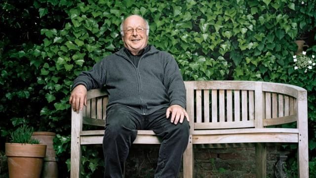 207 / Dr. Norbert Bluem, Portrait auf einer Bank in seinem Garten
