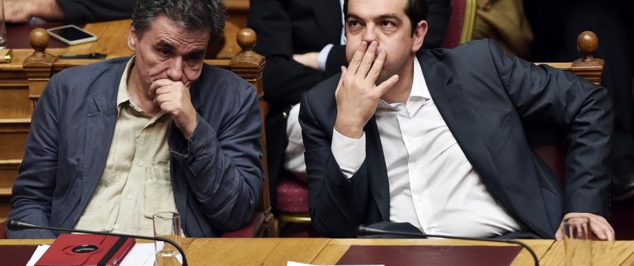 Griechenland: Griechenland: Finanzminister Euklid Tsakalotos und Premier Alexis Tsipras am 15. Juli im Parlament in Athen