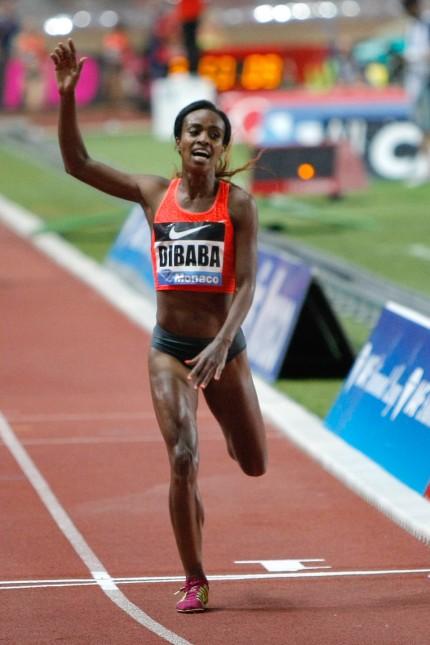 Leichtathletik: Mühelos am Ziel: Genzebe Dibaba aus Äthiopien ist nach ihrem 1500-Meter-Weltrekord noch erstaunlich frisch und munter.