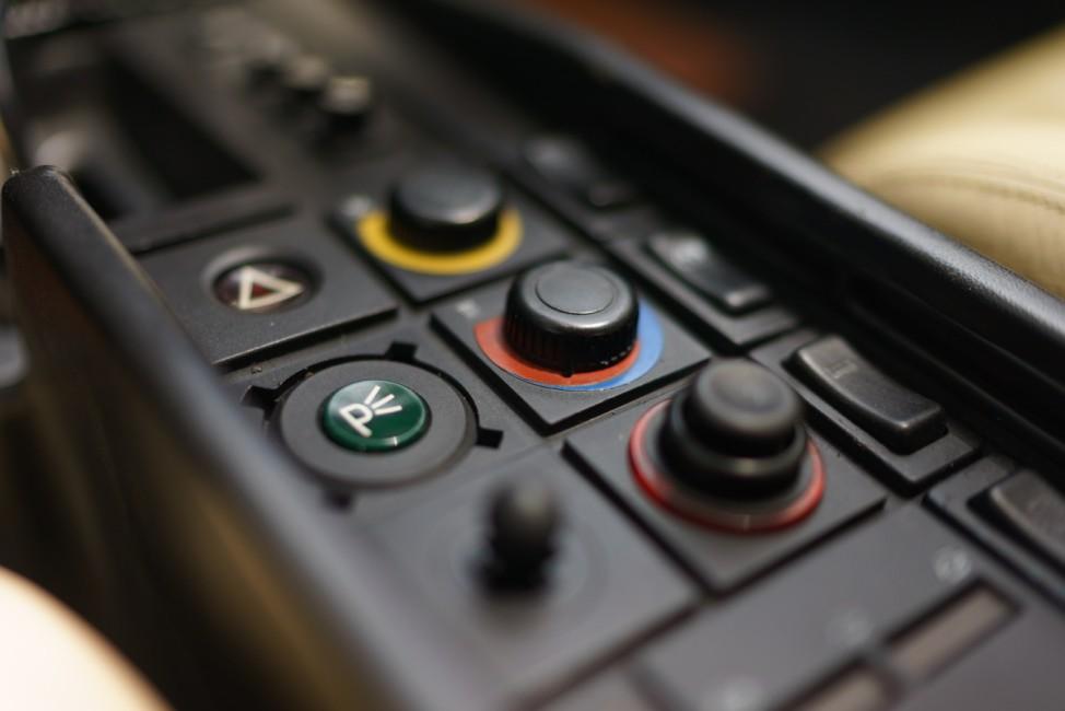 Die Armaturen in der Mittelkonsole des Ferrari Testarossa aus Miami Vice