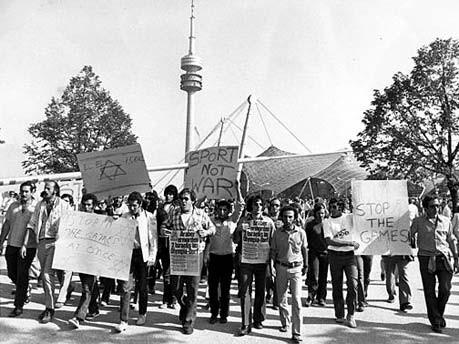 Demonstration vor dem Olympiastadion