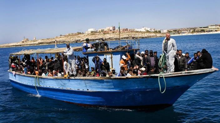 Asylpolitik: Flüchtlinge aus Afrika versuchen, dicht gedrängt auf eine Boot, nach Europa zu gelangen.