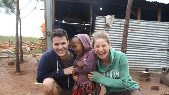 Entwicklungshilfe: Tim Pfrogner und Mirijam Klein setzen sich für die Gesundheit der Kinder in Tansania ein.