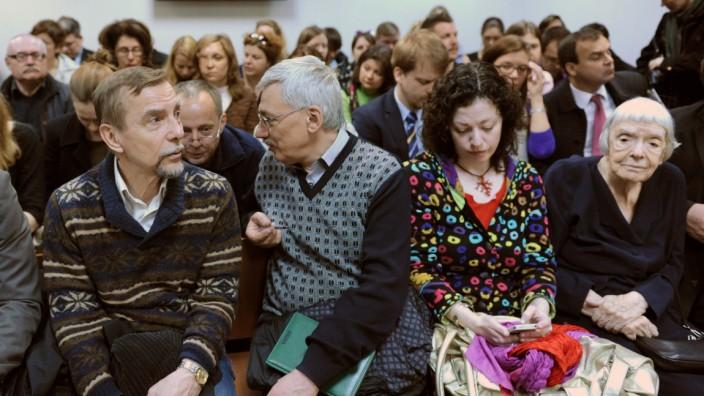 Russland: Menschenrechtler verfolgen auf diesem Archiv-Bild eine Anhörung im Fall Golos. Ganz rechts Ljudmila Alexejewa, Leiterin der Moskauer Helsinki-Gruppe.