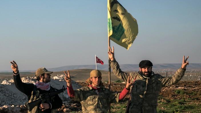 Bewaffnete Anhänger der kurdischen PYD posieren in Syrien
