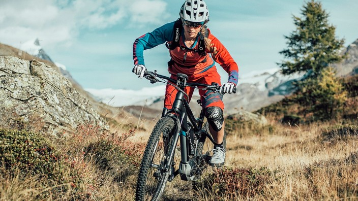 Radfahrerin mit E-Mountainbike