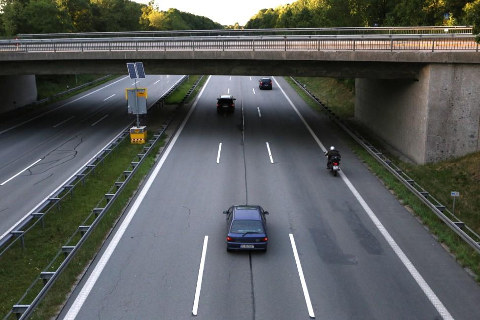 Mittelspur auf der Autobahn