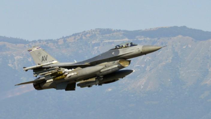 Kampfflugzeug F-16 beim Start in Aviano (Italien)