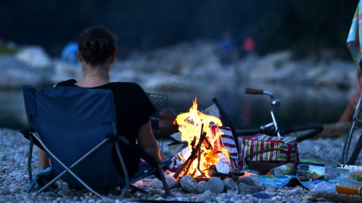 Feiern amIsarstrand: Brandgefährlich: Lagerfeuer sind am Flaucher verboten. Doch viele halten sich nicht daran.