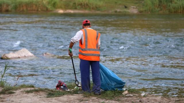 Feiern amIsarstrand: Und den Abfall lassen einige auch einfach liegen - der Müllmann räumt ja auf.