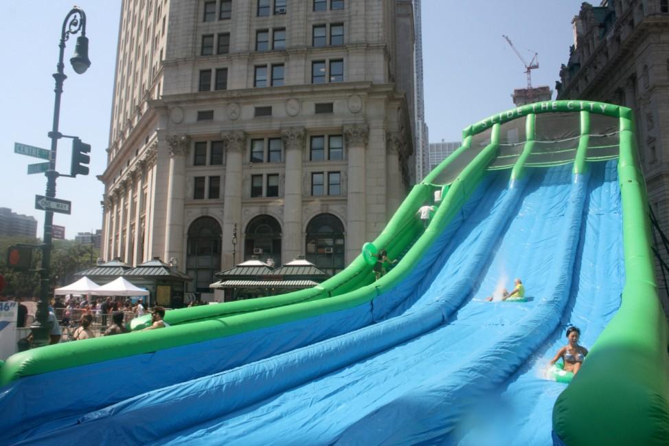 New Yorker feiern Sommerfest mit riesiger Wasserrutsche