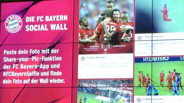 Arena des FC Bayern: Per Twitter und Facebook auf die Video-Wand: Fans, die lieber posten als zuschauen, werden so glücklich.