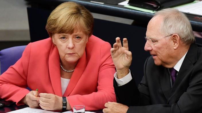 Bundeskanzlerin Angela Merkel mit dem damaligen Finanzminister Wolfgang Schäuble (beide CDU) 2015 im Bundestag vor der Entscheidung über weitere Finanzhilfen für Griechenland.