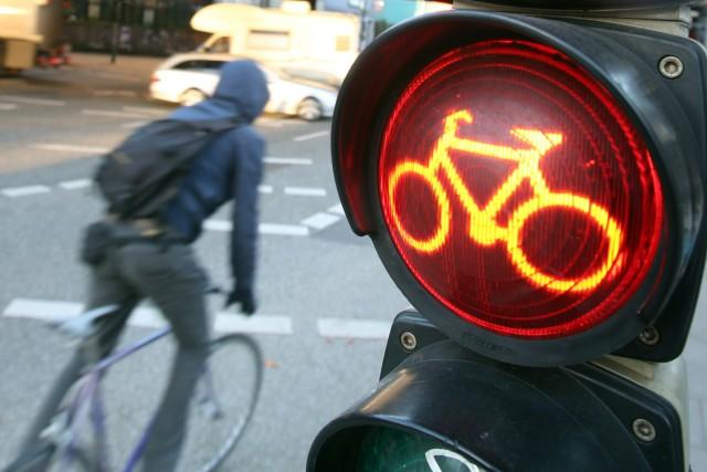 Radfahrer überfährt rote Ampel