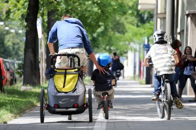 Kind plus Rad: Was bei Sitz und Anhänger zu beachten ist