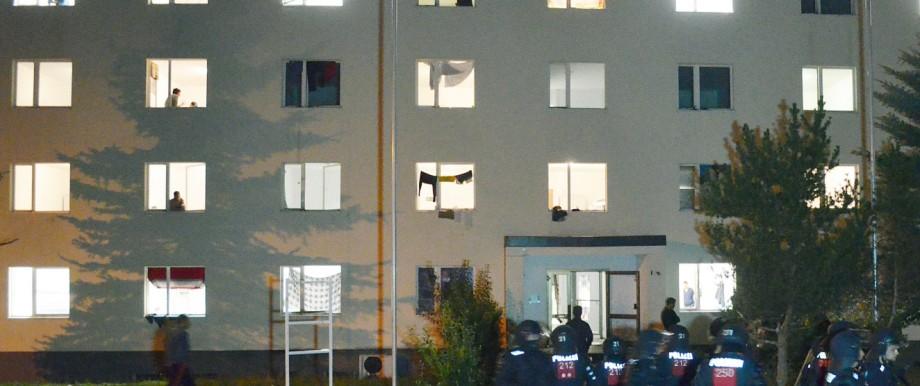 Asylbewerberheim in Suhl: Einsatzkräfte der Polizei sammeln sich vor dem Eingang des Gebäudes.