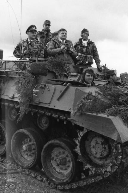 Besuch von Bundeskanzler Adenauer und Verteidigungsminister Strauß bei einem Manöver der Bundeswehr in Munsterlager