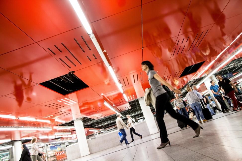 Marienplatz Untergeschoß Renovierung Da werden gerade die neuen roten Deckenpaneele reingebaut