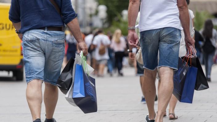 Männer mit Einkaufstüten