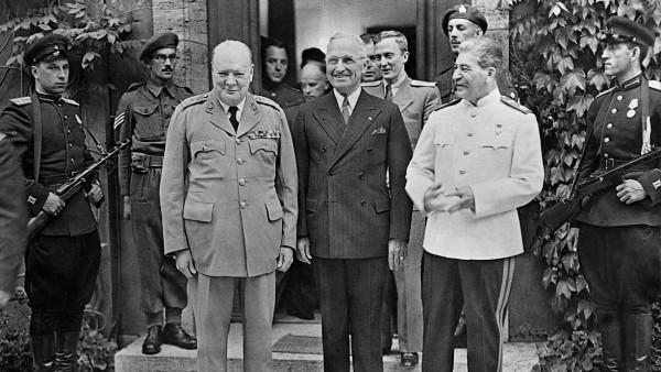 Winston Churchill, Harry Truman und Josef Stalin auf der Potsdamer Konferenz, 1945