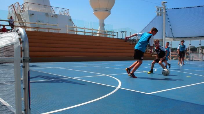Fußballkreuzfahrt im Mittelmeer: Flach spielen, hoch gewinnen: Kicken auf einem langen, schmalen Schiff erfordert eine gewisse Disziplin.