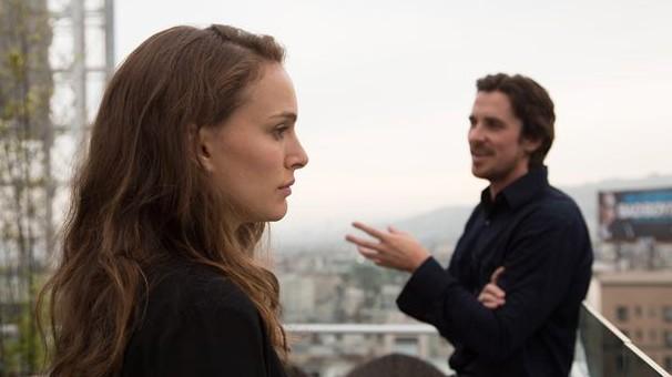 """Christian Bale (rechts) und Natalie Portman ganz melancholisch in """"Knight of Cups""""."""