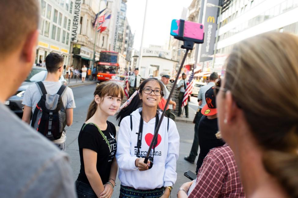 Touristen am Checkpoint Charlie