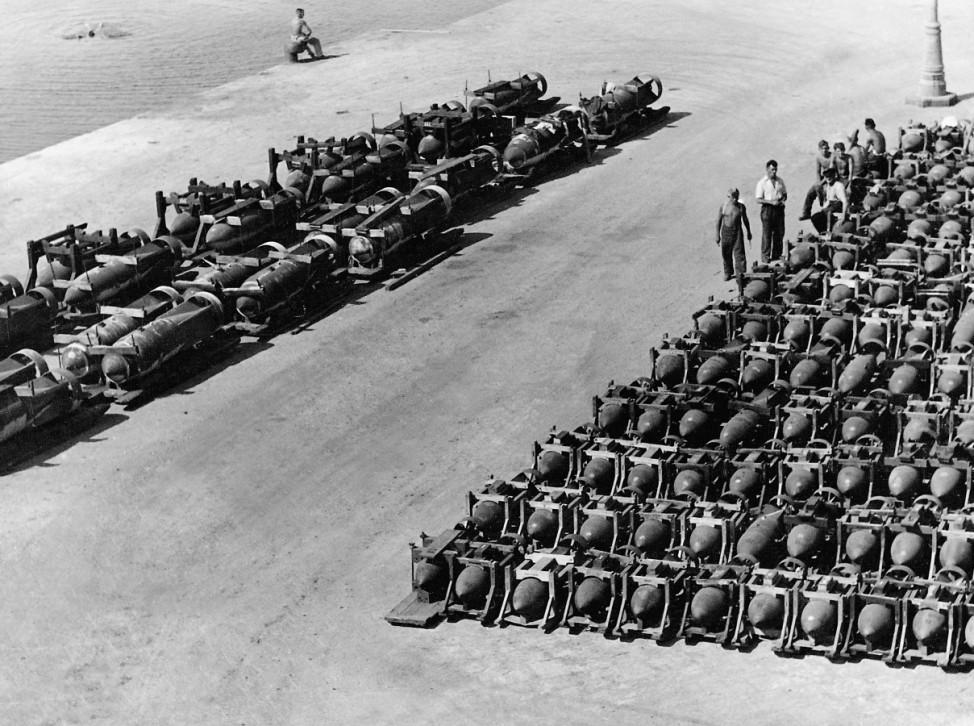 Fliegerbomben auf einem deutschen Flugplatz, 1940